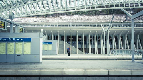 Urban Mythologies : Little Red Hood (Gare de Liège-Guillemins, Belgique) - Photo : Gilderic