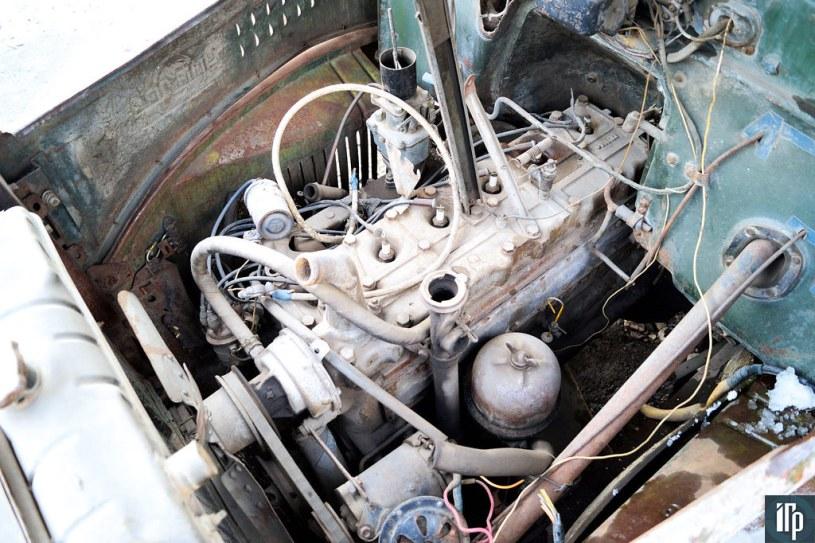 Рядная «шестёрка» объёмом 5,55 л заметно утоплена в нишу моторного щита