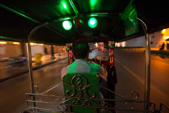 從臥佛寺要往考山路的方向,計程車都開價要 150 Baht,這嘟嘟車自動降價為 50 Baht,就搭啦