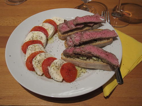 Aufgeschnittenes Entrecôte auf Ciabatta zu Mozzarella-Tomaten