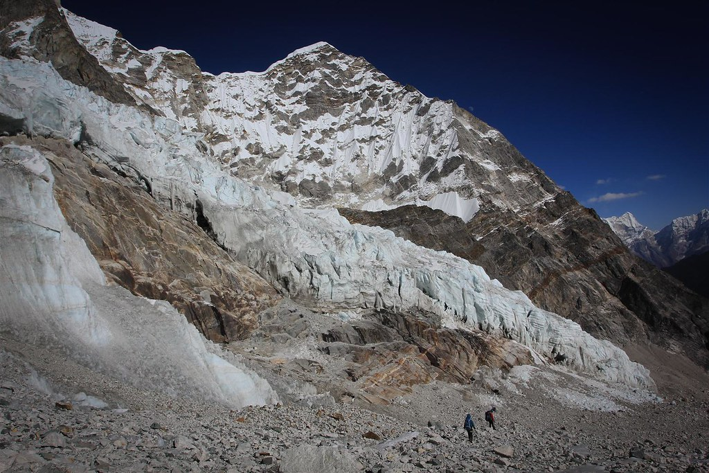 Descending into Thame Khola valley (Kumbu) leaving the fearsome Tesi Labcha behind.