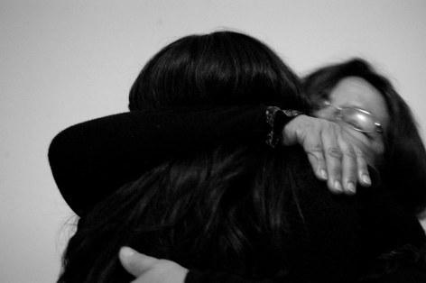 Le persone si abbracciano