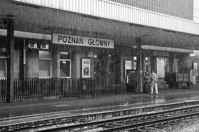llueve en la estacion de poznan