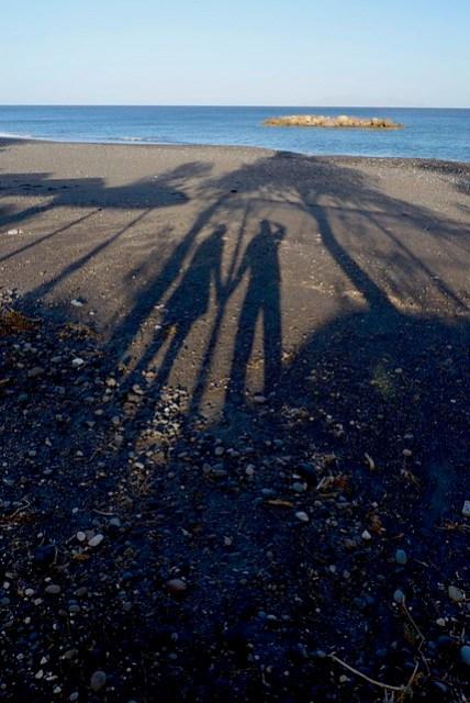 聖島東側有多處由黑色礫石所組成的海灘,稱為黑海灘,昨日我們先去了位於 Profitis Ilias 山南側的 Perisa 海灘,可能因為風浪大又碰上漲潮,海灘幾乎要被浪花淹沒,某些路段甚至有要淹上路面的趨勢,真替岸邊店家擔心海水倒灌的問題。今日去了山北側的 Kamari Beach,這是一般人比較常去、較知名的,即使如此,在淡季理也完全是蕭條的模樣,岸上雖有商店街的框架,但無人營業。資料裡會有的躺椅和遮陽傘也是完全沒有出現,踩著方退潮的鬆軟沙灘漫步,享受真正寧靜的聖托里尼。