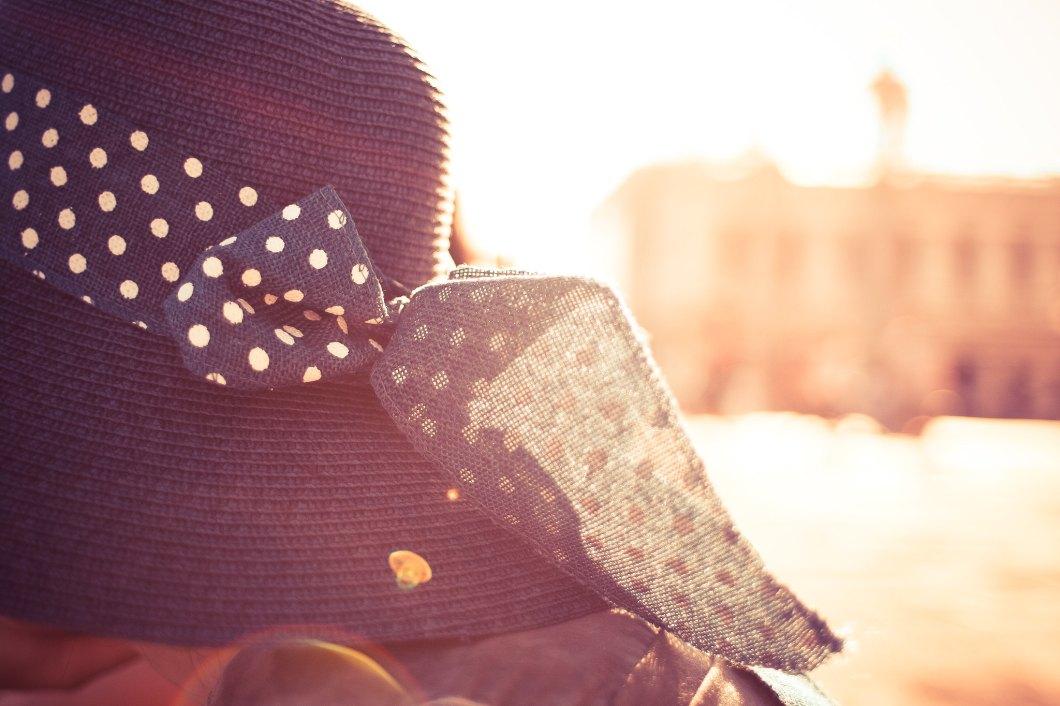 Imagen gratis de un sombrero con el sol de fondo