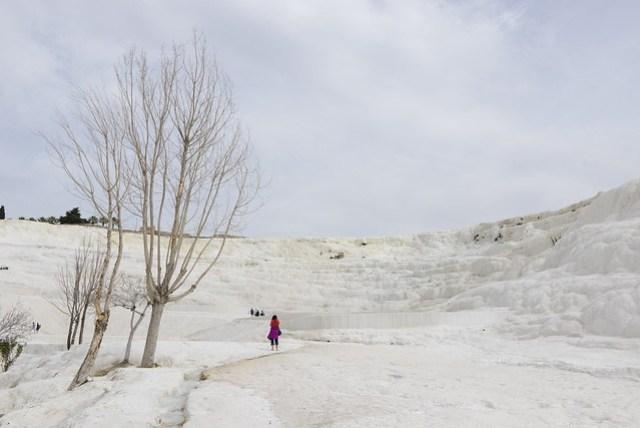 棉堡是因含鈣的溫泉水冷卻沉積下來的石灰岩層雪白似棉花而得名,如不細看,會以為身處北國雪地。