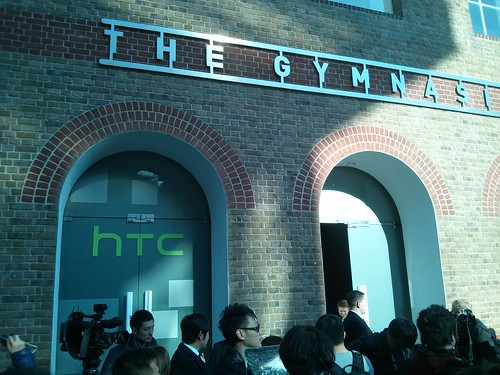 Heel veel pers voor de deur van de zaal. #HTC
