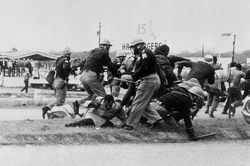 Người biểu tình tại Selma bị cảnh sát đánh trong ngày Bloody Sunday, 1965.