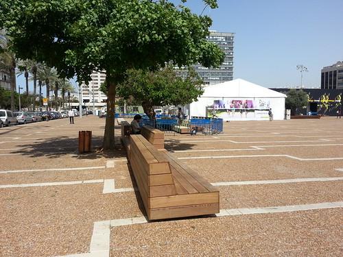 מוסיפים עץ לספסלי הבטון בכיכר רבין