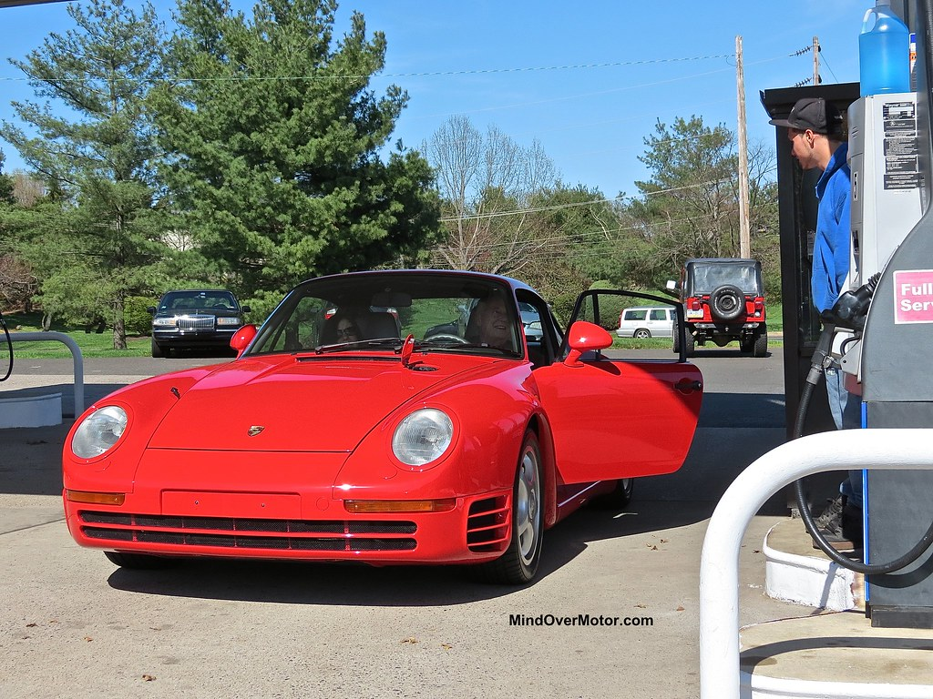 Porsche 959 spotted at a gas station in Newtown, PA