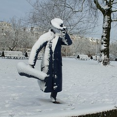 De blauwe vioolspeler midden in de winter