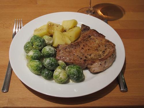 Kotelett mit Rosenkohl und Salzkartoffeln