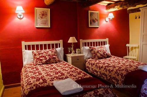 Fotografía de una habitación doble de la casa Cal Escaler mostrando su mobiliario