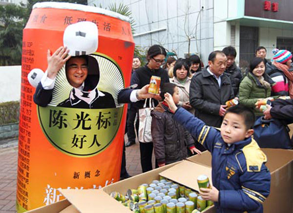 Chen Guangbiao giving away canned air