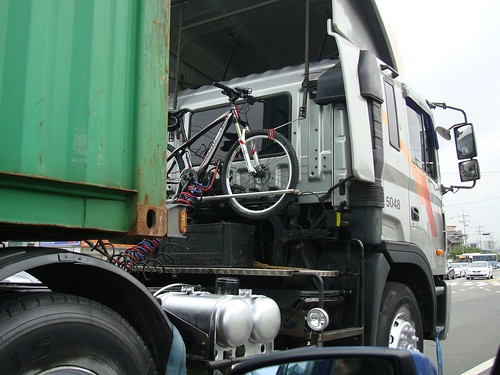 Fahrrad und LKW by Jens-Olaf