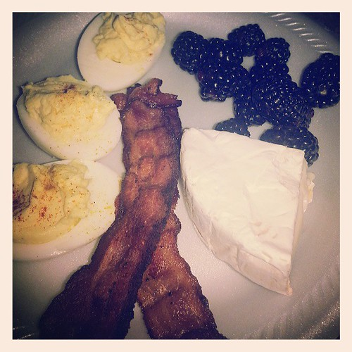 Like yesterday's breakfast, but this time with bacon and blackberries :)