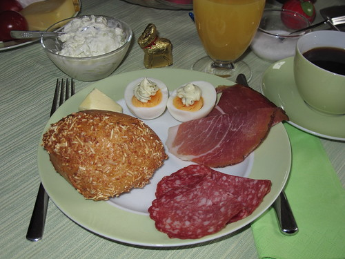 Brötchen mit Salami, Schinken und Ei am Ostersonntag