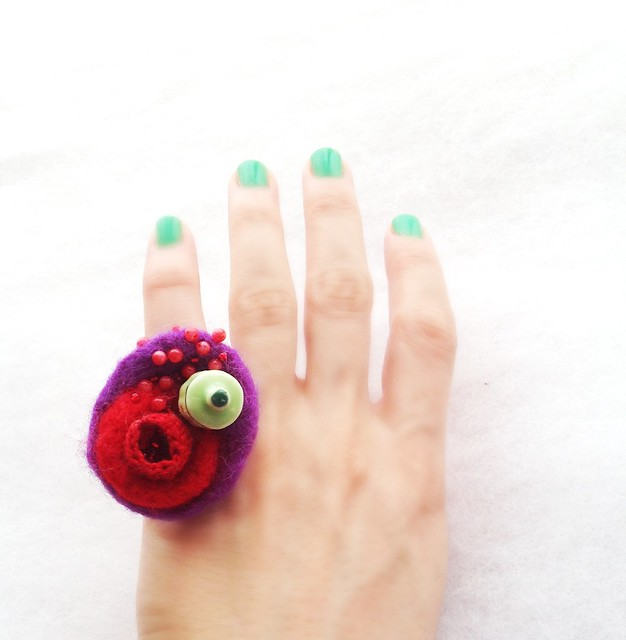 Felt ring with crochet and porcelain elements- Vallistic