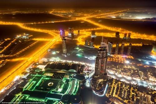 Nueva tendencia fotográfica SKYWALKING en edificio sostenible del Medio Oriente