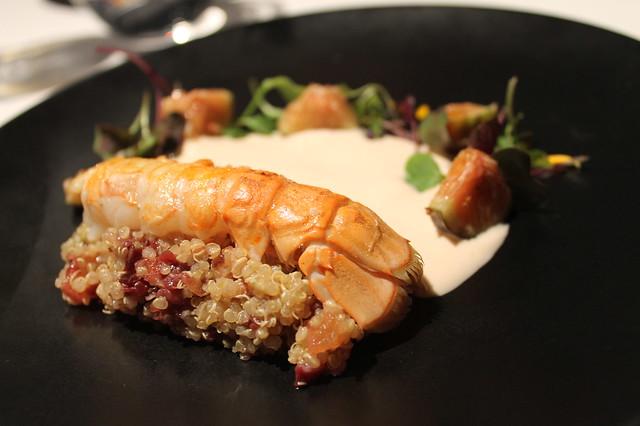 Cigala asada, tartar de quinoa, cecina, brevas y gazpachuelo