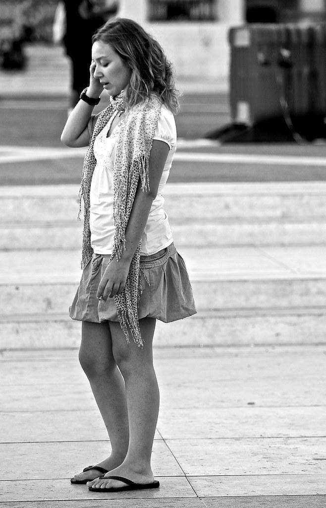 Foto gratis de una chica hablando por teléfono