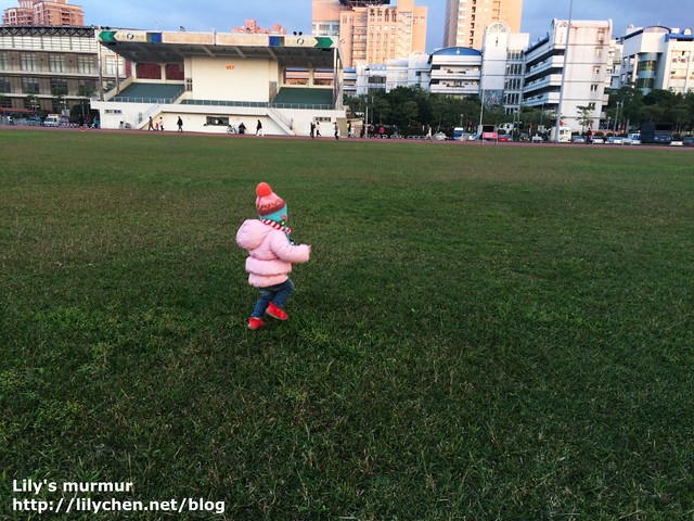 開心在草地上走來走去的小妮。她可是開心的在踏步呢!