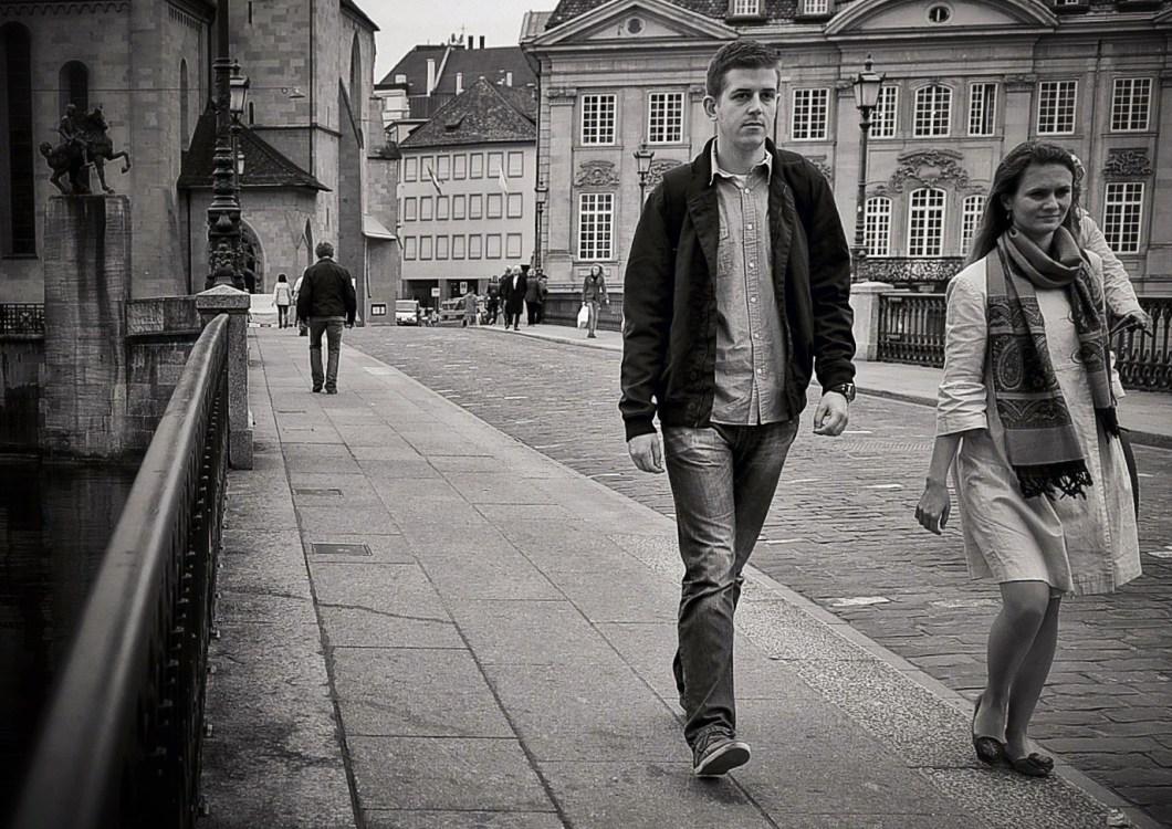 Foto gratis en blanco y negro de gente paseando sobre un puente