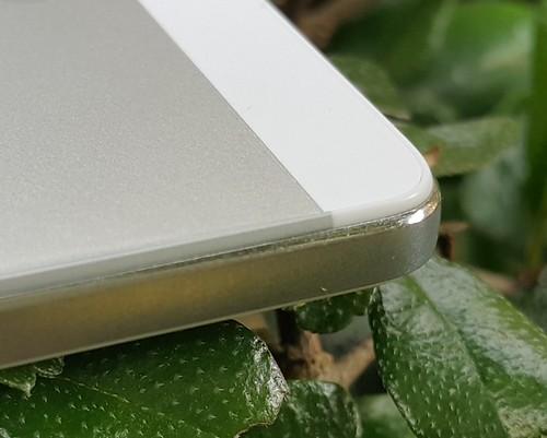 ขอบอลูมิเนียมของ Oppo R5 เป็นแบบ Dia cut แล้วขัดด้วยมือเพื่อให้เรียบมน