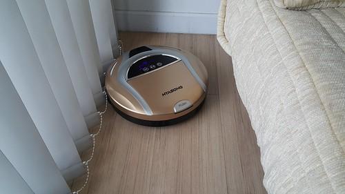 ใช้หุ่นดูดฝุ่นก็เข้าไปทำความสะอาดพวกซอก และใต้โต๊ะใต้เตียงสะดวก