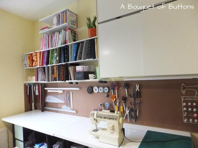 Sewing Studio space room Lieke, gaatjesplaat, gaatjesboard, gaatjesbord, pegboard, naaikamer, naaien, A Bouquet of Buttons, ikea, strings, stoffen, singer