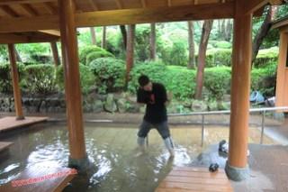 CIMG1134 Luchando por sobrevivir en el baño muy caliente de pies en el Infierno Umi Jigoku (Beppu) 13-07-2010 copia