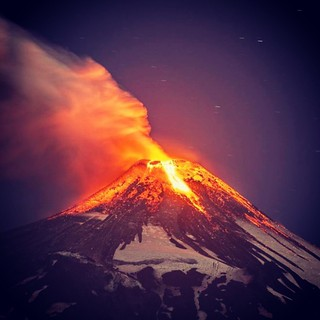 VOLCANO Erupting volcano Villarrica - Chile. Photo : Internet #hrubiales #volcano #vulcao #erupcao #eruption #instamazing #amazinggallery #likesalikes #followafollow #awesomenessgreat #amazing #look #instalike #instagood #instagrampic