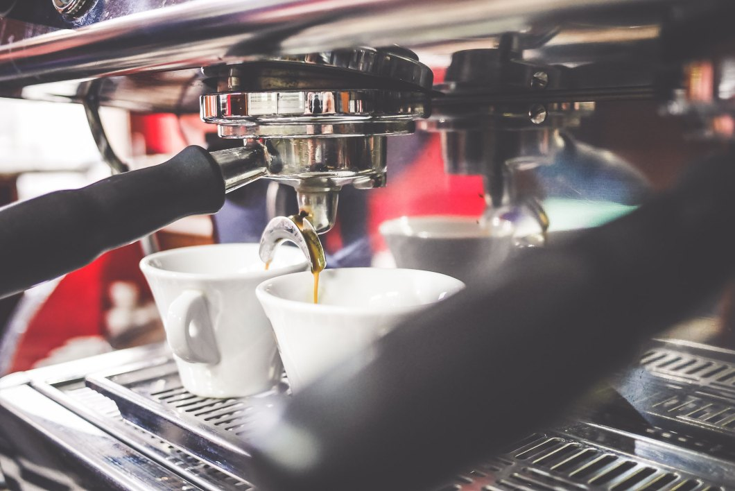 Imagen gratis de una cafetera espresso en un bar