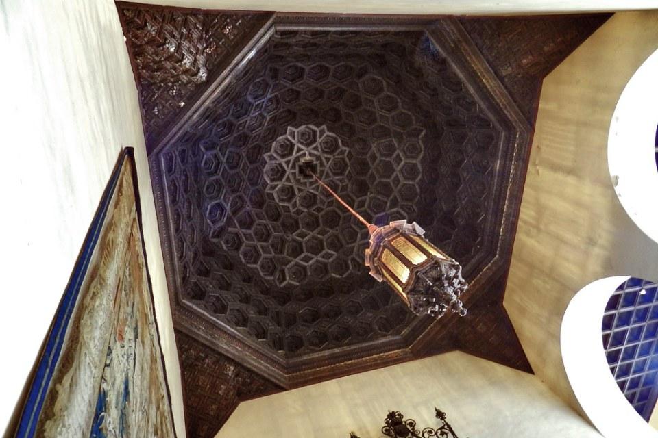 Palacio del Rey Pedro I Escalera al Cuarto Real Alto techo artesonado mudejar Real Alcazar Sevilla 05