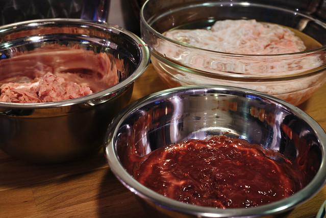 Paté de campagne: het gemalen spek, lever en de crépinette in de week