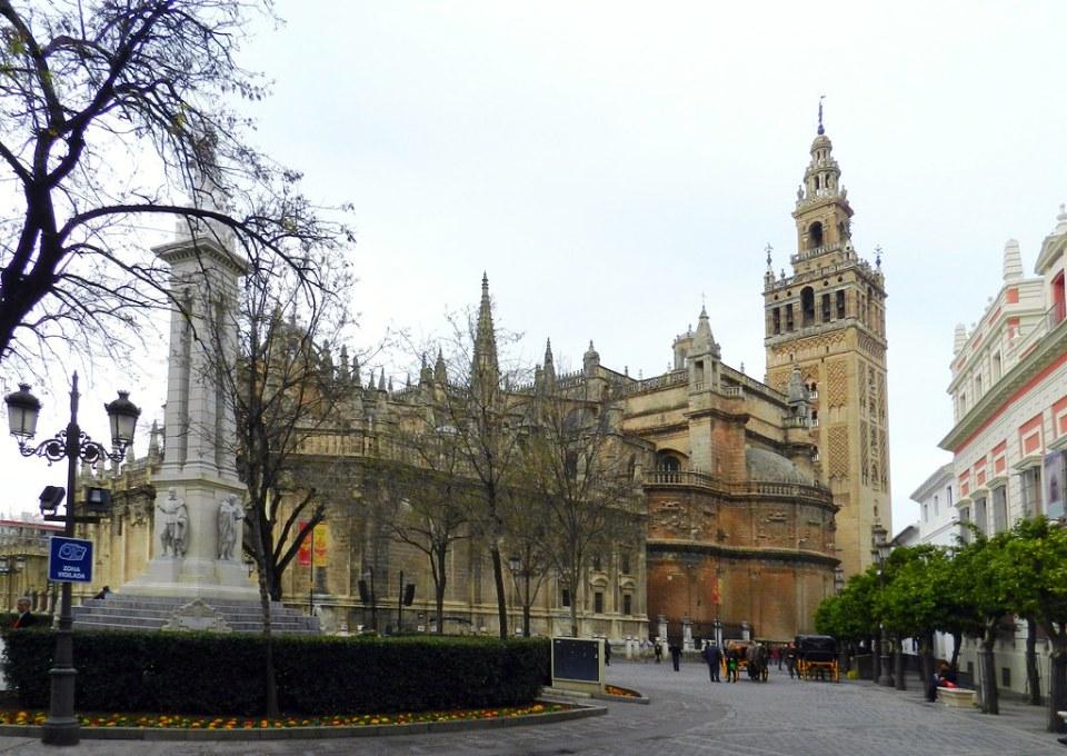 Plaza Virgen de los Reyes lado este exterior Catedral Santa Maria de la Sede de Sevilla 13