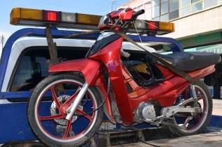 Después de persecución, motociclista abandona su unidad en la que transportaba droga