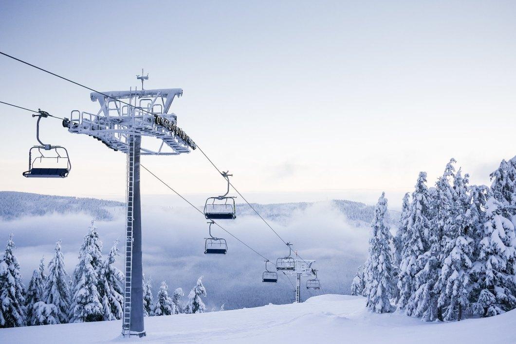 Imagen gratis de unos telesillas vacios en una montaña cubierta de nieve