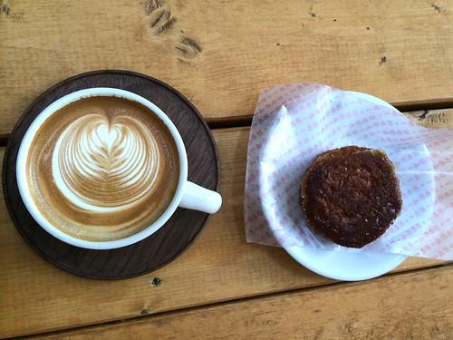 カフェラテとクイニーアマン@パドラーズコーヒー