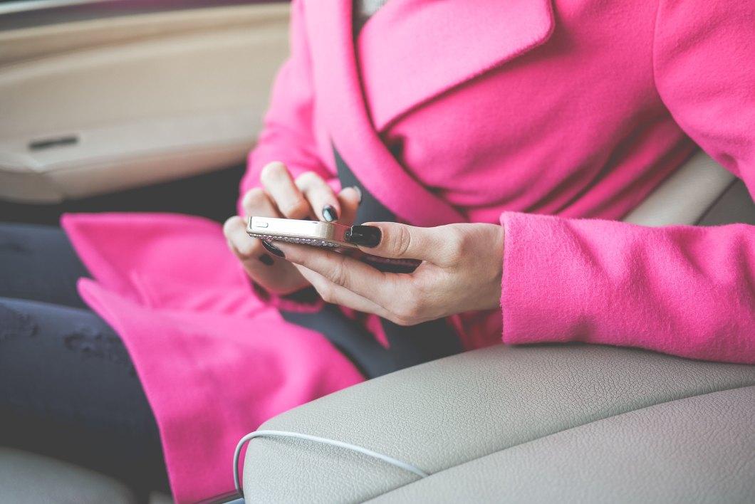 Imagen gratis de una mujer utilizando el movil en el coche