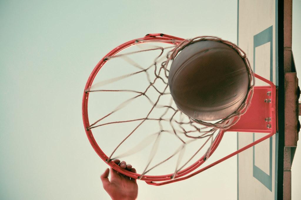 Imagen gratis de un mate en una canasta de baloncesto