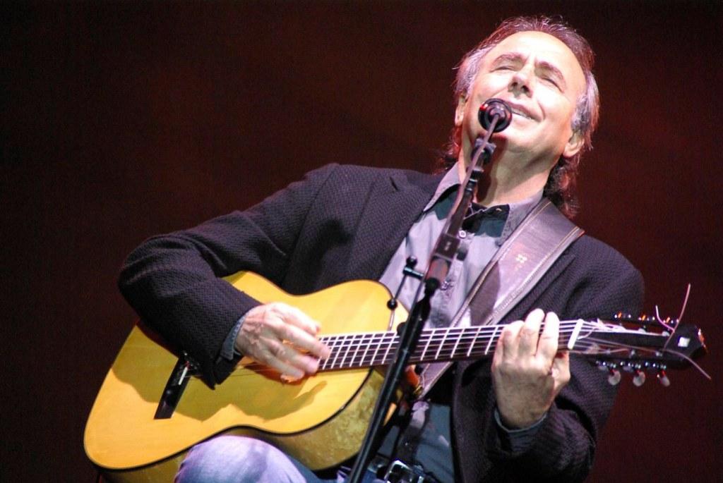 Imagen gratis de Joan Manuel Serrat en concierto