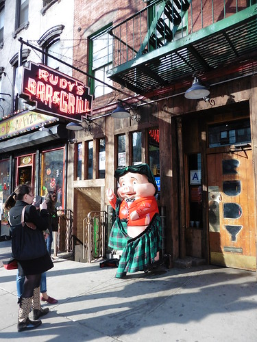 Dónde comer y gastronomía en Nueva York: Hot Dogs en Rudy's Bar & Grill.