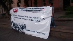Cadena humana en Plaza de Carmen en apoyo a los estudiantes de Baja California