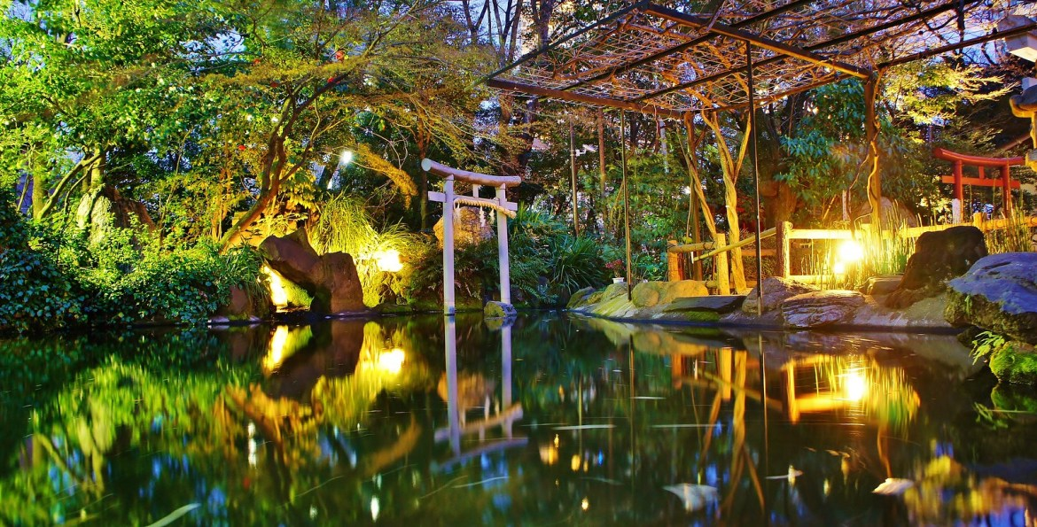 Atago Jinja, Shrine. Pond with the night time illumination