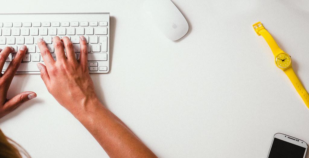 Imagen gratis de Imagen gratis de una chica tecleando en un Mac de Apple