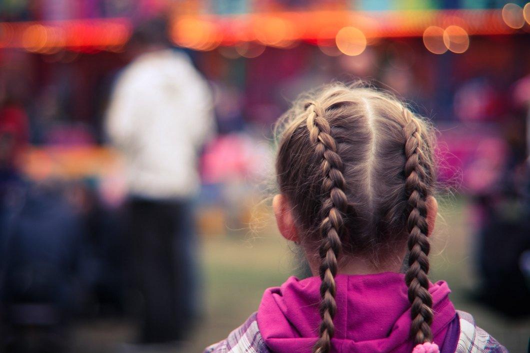 Imagen gratis de una niña pequeña con dos trenzas