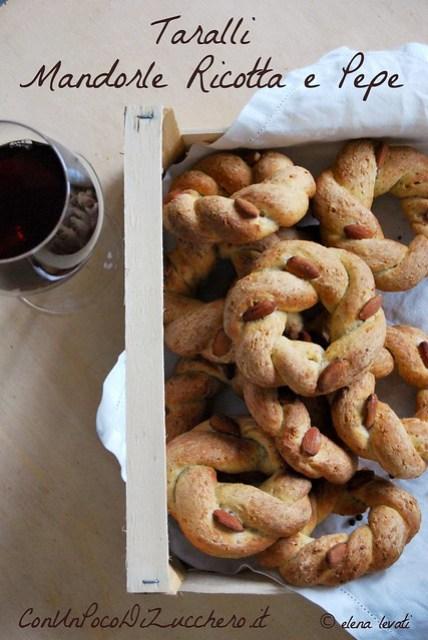 Taralli mandorle, ricotta e pepe - Almond and ricotta cheese italian taralli