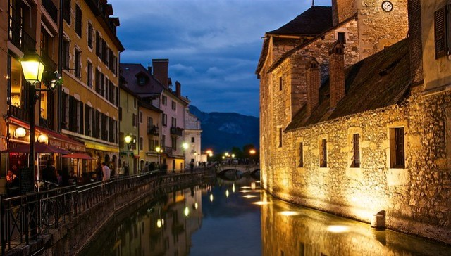 Picture perfect Annecy canals at night