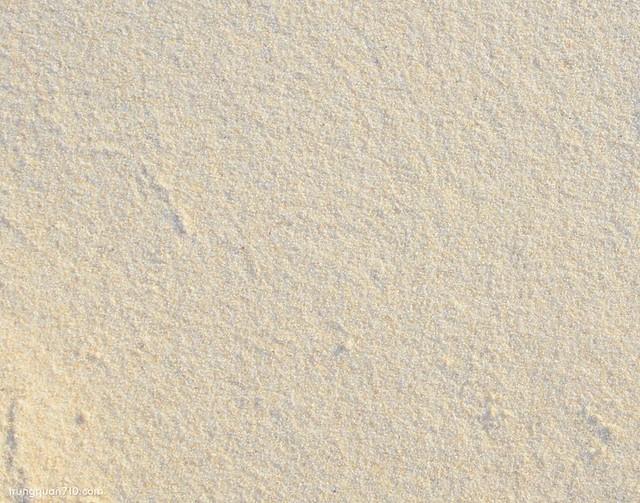 Cát rất mịn và sạch. Trên bờ có 1 số chỗ pha cát vàng chứ còn lại là bao trắng luôn
